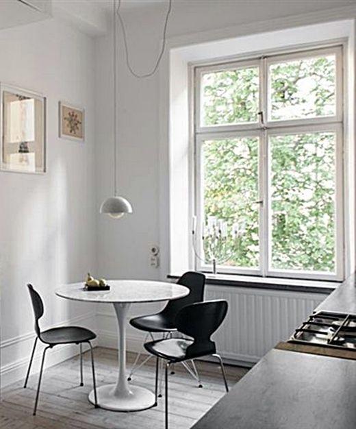 Une Chaise Fourmi A 3 Pieds Une Autre A 4 Pieds Et Une Chaise Eames Tranquillou Autour D Une Table Tulipe Interiorer Interior For Hemmet