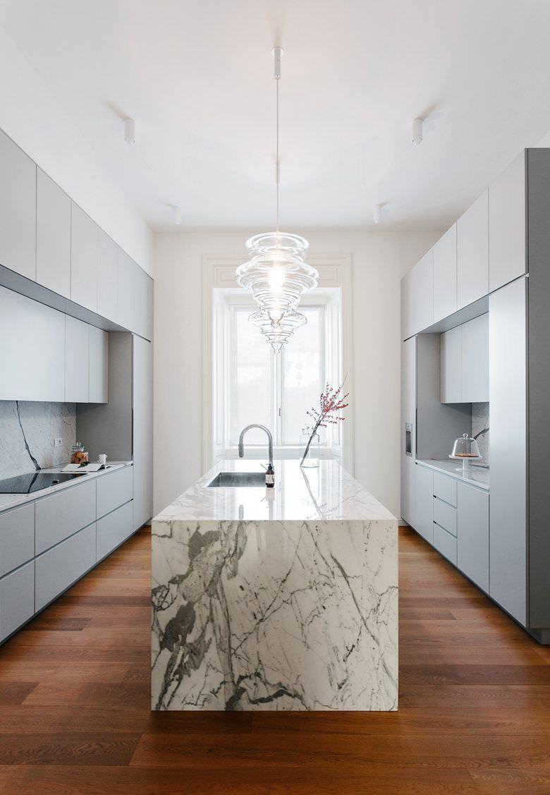 Stupenda cucina moderna con isola in marmo e mobili in laminato ...