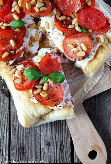 Sommerliches Rezept für eine schnelle Blätterteigtarte mit Tomaten, Ricotta und Pinienkernen. Optimal für warme Sommertage.