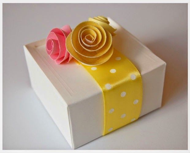 C mo decorar una caja de regalo con flores de papel diy for Decorar regalos