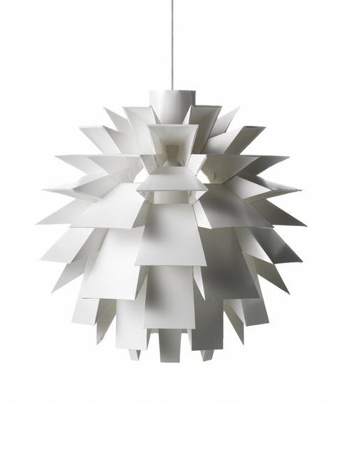 Elegantti, koottava lampunvarjostin koostuu 69 osasta. Persoonallisen tyylikäs varjostin luo seinille veistoksellisen valon ja varjon leikin. Valaisimen visionäärinen rakenne ja moderni ulkomuoto on tehnyt siitä kuuluisan ympäri maailmaa. Norm 69 -valaisinta myydään yli 60 maassa ja se on saanut lukuisia kansainvälisiä designpalkintoja. Materiaali on palamatonta muovia. Valonlähde E27, max. 60 W. Varjostimen halkaisija on 51 cm ja korkeus 51 cm. <br><br> Varjostimen mukana ei tule…