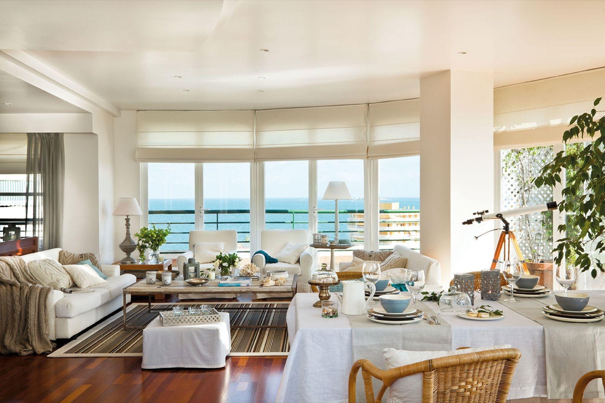 Salón y comedor con vistas al mar y muebles de madera (00300479 ...