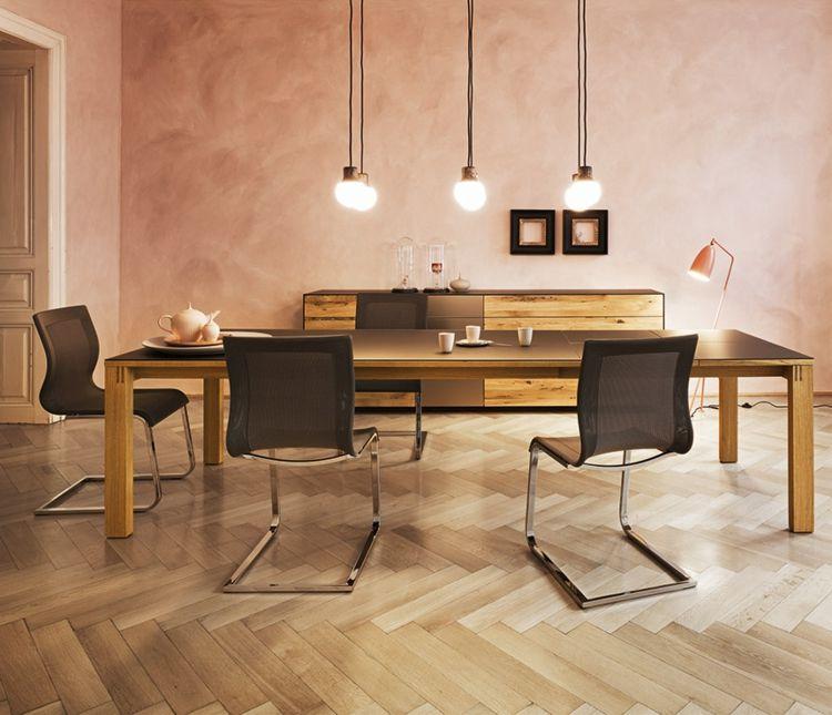 Ein Esstisch Mit Stühlen Aus Massivholz Verleiht Dem Wohnraum Einen  Wohnlichen Look Und Bildet Modernes Und Gleichzeitig Wohnliches Ambiente.
