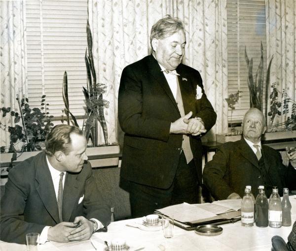31.3.1960 Aihe:Professori Carlo Schmid 31.3.1960 pidetyssä selostustilaisuudessa, jossa tämä selvitteli Suomen Sosialidemokraattisen puolueen (SDP) uutta ohjelmaa. Puhujan oikealla puolella SDP:n puheenjohtaja Väinö Tanner ja vasemmalla puoluesihteeri Kaarlo Piitsinki.