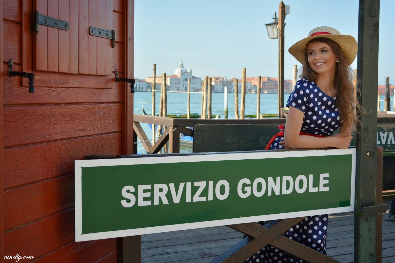 Venetian style outfit for photoshoot in Venice from fashion blogger Ninelly