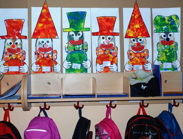 Des porte manteaux clowns en maternelle caracolus for Decoration porte arts visuels