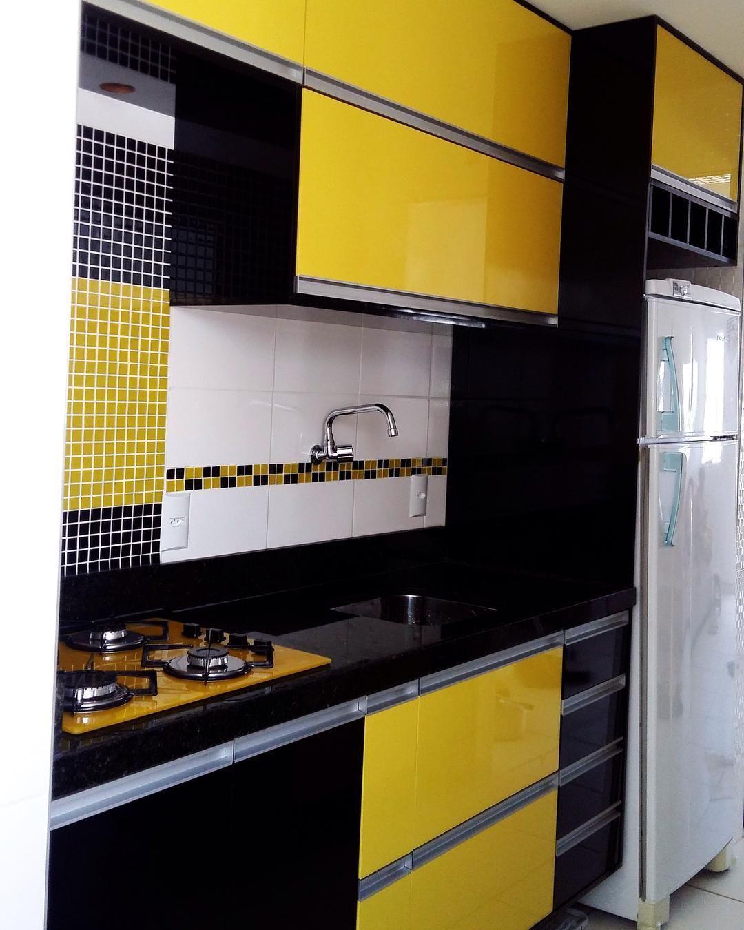 Cozinha preta branca e amarela