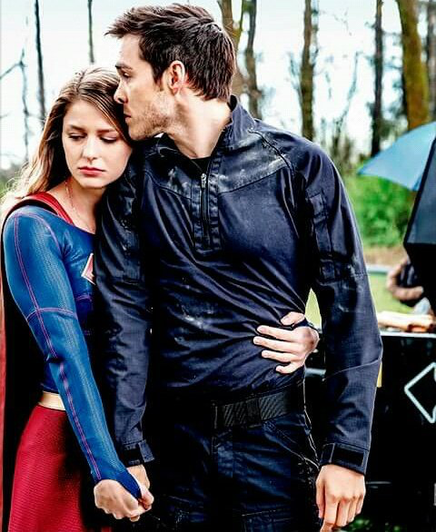 Are supergirl and mon el dating in real life