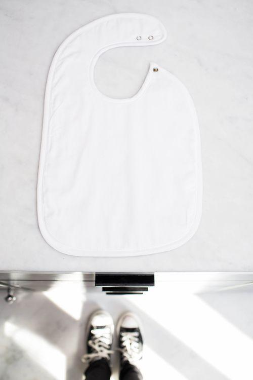 De slabbetjes van Les Rêves d'Anaïs beschermen door hun grootte goed de kleding van uw baby/peuter. De slab wordt langs de zijkant gesloten door een drukknop met twee verschillende standen. De binnenkant van de slab is afwerkt met uni badstof. Kinderspeciaalzaak 'In de wolken' - Mortsel