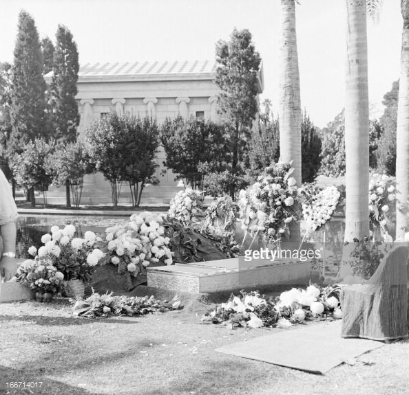 Funeral Of Tyrone Power In Los Angeles. Los Angeles, en novembre 1958, l'acteur Tyron POWER, décédé, à 45 ans, d'une crise cardiaque sur un tournage en Espagne, est enterré au cimetière...