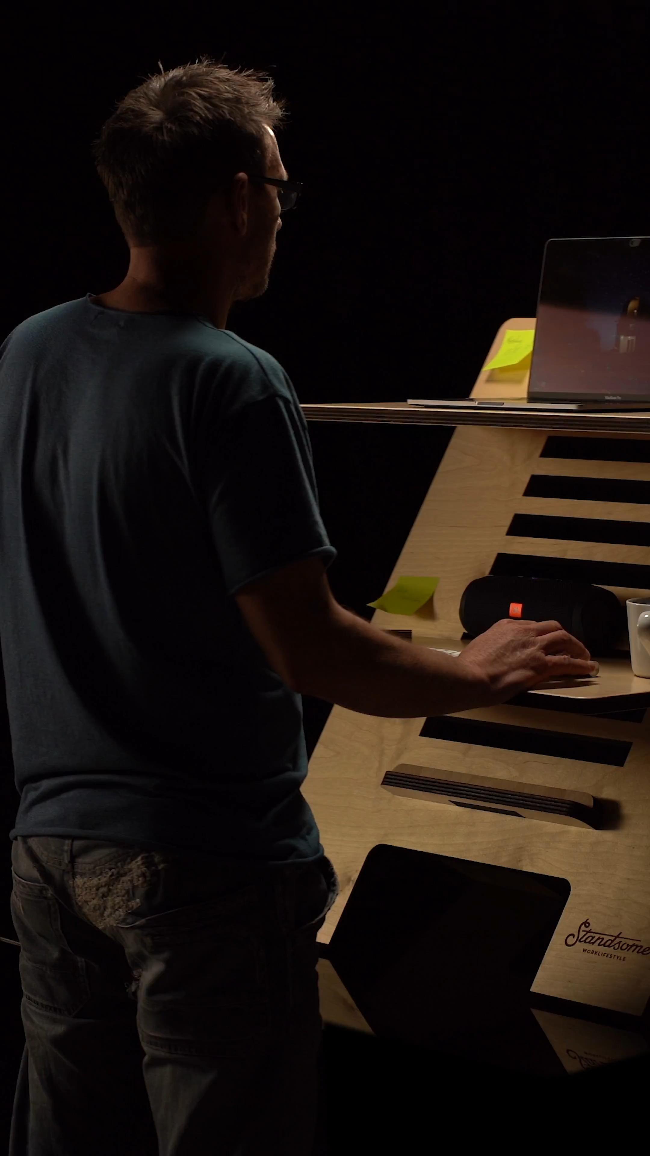 Standsome Worklifestyle Video In 2020 Stehschreibtisch Diy Mobel Einfach Diy Mobel Holz