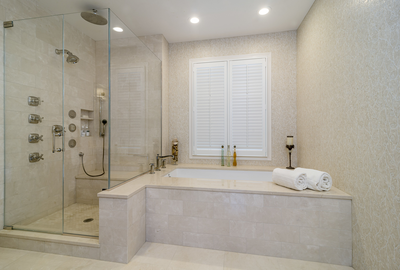 Shower Bathtub Combo Crema Marfil Marble Bathroom Bathroom Remodel Bathroom Design Master Bat Bathroom Design Bathroom Design Small Bathroom Design Layout