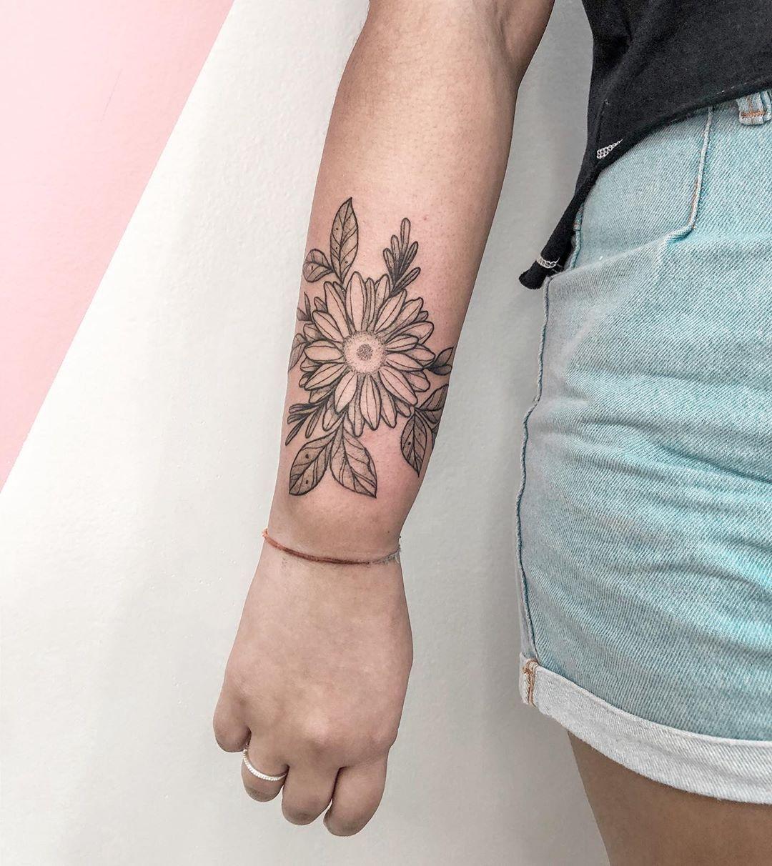 "↠ CAROL ALVES on Instagram: ""Floralzinho de girassol 🌻💛 . . . . .  #tatuagensfemininas #tattooistartmag #tattooink #tattooinkspiration #tattooing #ttblackink…"""