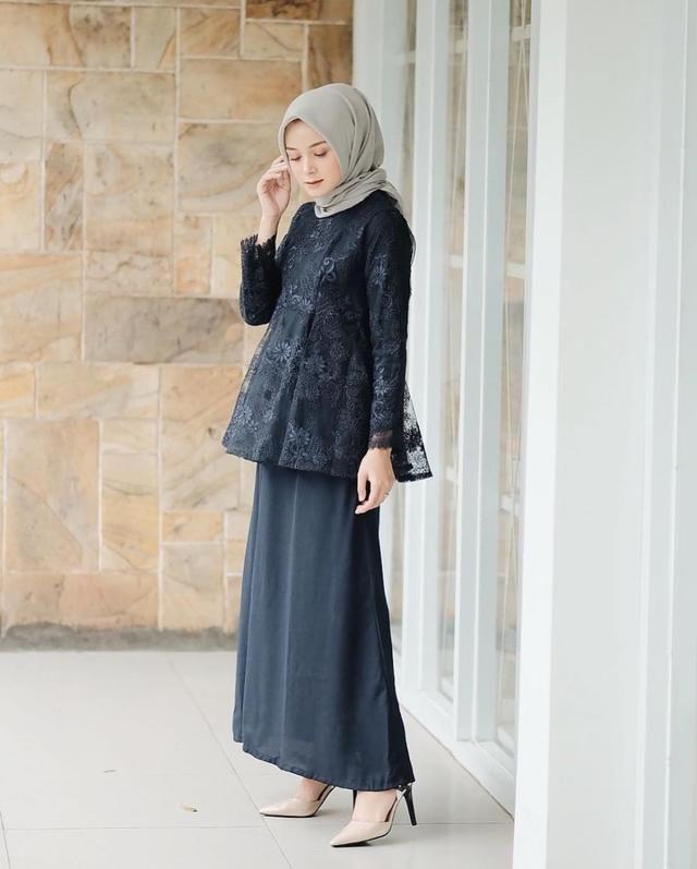 6 Inspirasi Kebaya Hitam Hijab Untuk Tampil Anggun Ke Kondangan Model Pakaian Muslim Model Pakaian Jubah Wanita