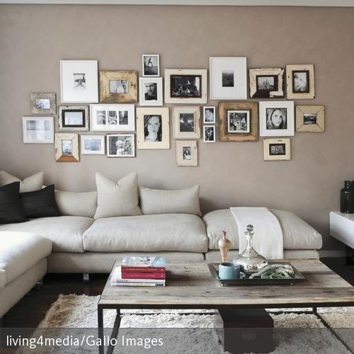 Ein Wohnzimmer im natürlichen Look Die beigefarbene Eckgarnitur