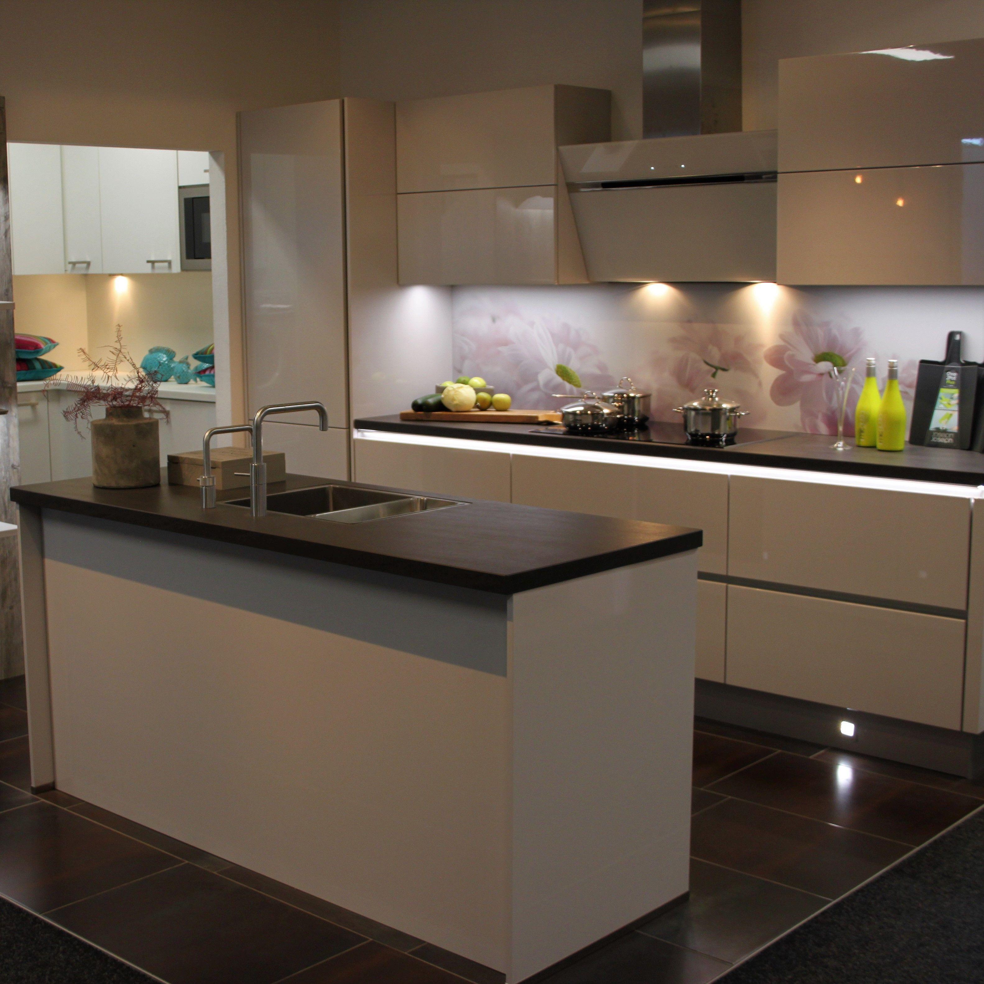 Showroom keuken sense keukens greeploos wit keramiek for Werkblad keuken keramiek
