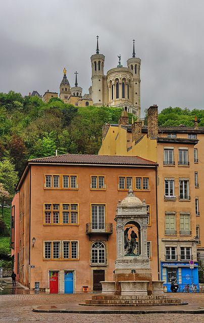 L'#architecture colorée de #Lyon et sa #basilique en arrière plan !