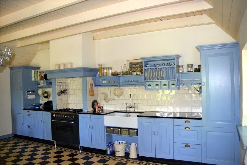 Mooi voorbeeld van een blauwe keuken in oude stijl. atelier de