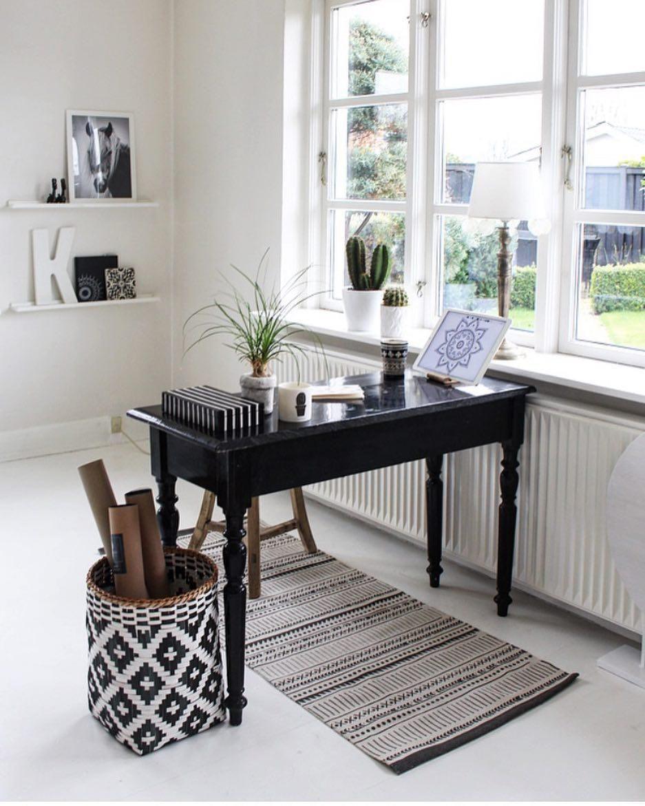 black white diese kombination ist wie gemacht f rs arbeitszimmer der farbklassiker sorgt f r. Black Bedroom Furniture Sets. Home Design Ideas