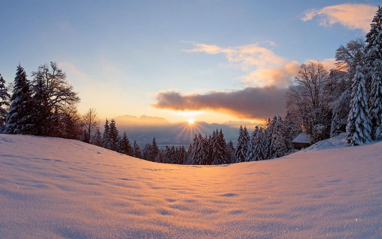 hintergrund bilder winterlandschaft mit berghang viel schnee baume hutte und sonnenuntergang. Black Bedroom Furniture Sets. Home Design Ideas