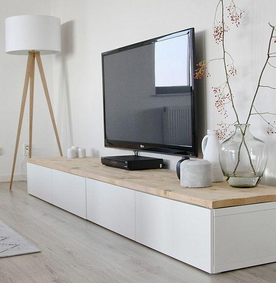 Scandinavisch interieur met veel hout en wit Tv kast van