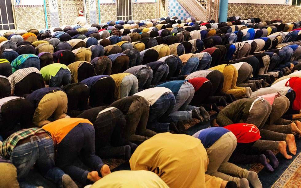 Rezos de musulmanes en Rotterdam.