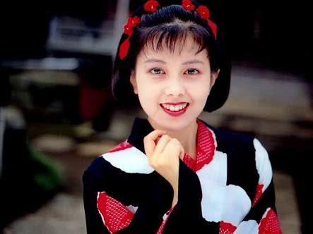 大正モダンな着物、ボブへアに赤い花の髪飾りをする若い頃の沢口靖子