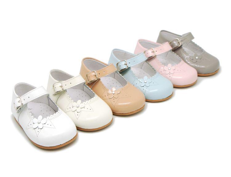 Sobrio Rizado Persona australiana  Tienda online de calzado infantil Okaaspain. Merceditas de ante escotadas  con botón para niñas. Calidad al me… | Zapatos colegiales niña, Zapatos  para niñas, Charol