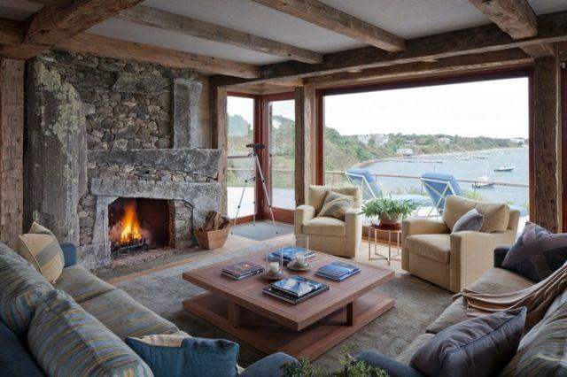 Rustikales Wohnzimmer Kamin Stein Holz Balken Decken