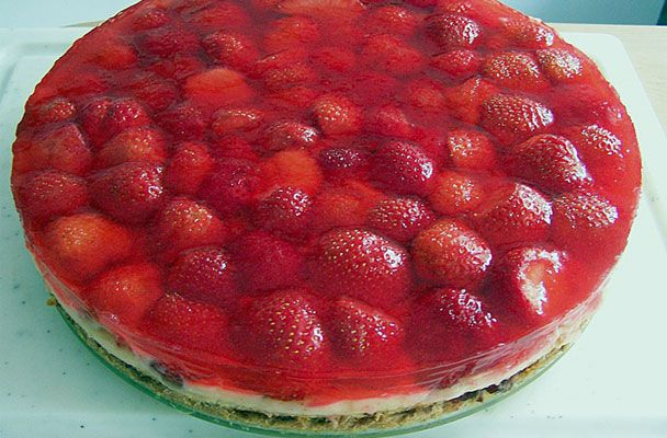 Cheesecake al mascarpone e fragole - La cheesecake al mascarpone e fragole è un dolce sontuoso e scenografico, adatto anche per un'occasione di festa