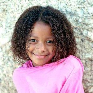 petite fille metisse ou black aux cheveux frisés crépus