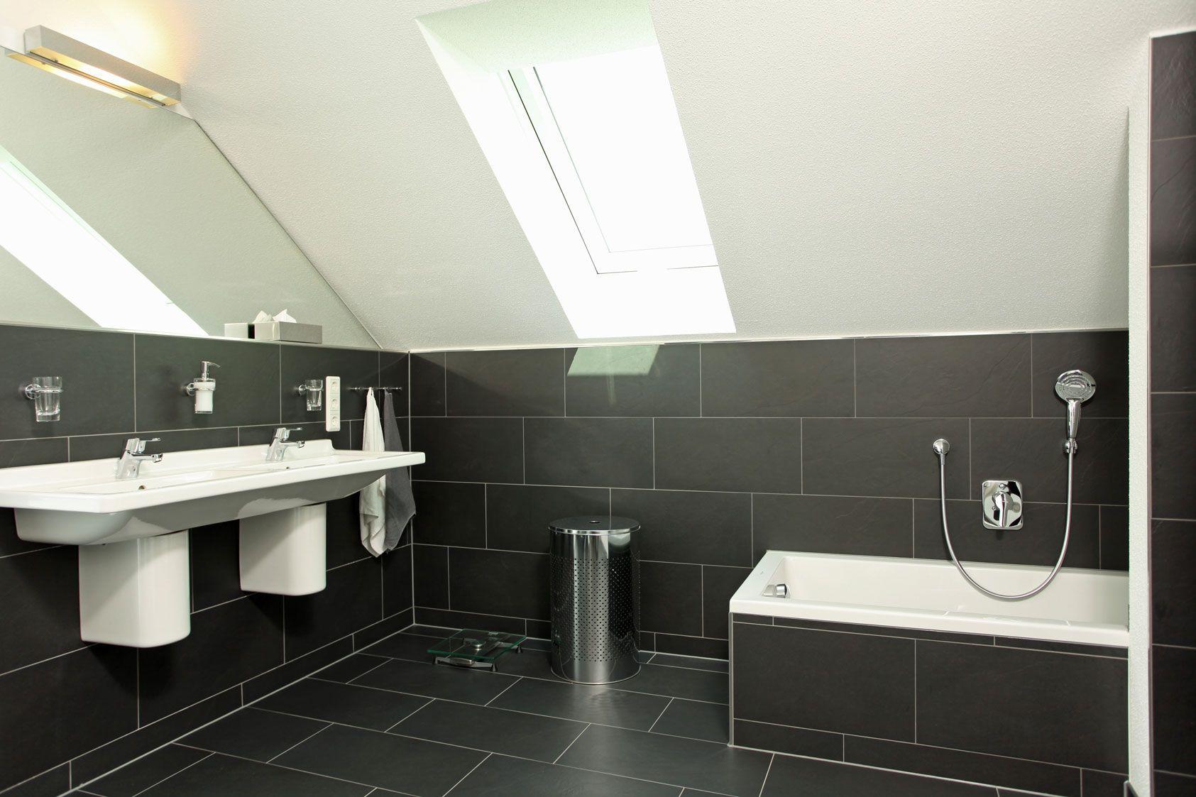 Badezimmer Mit Dunklen Fliesen Mit Bildern Badezimmer Fertighaus Kaufen Fingerhaus