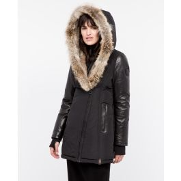 Face winter with Grace, the puffer jacket with leather sleeves. Grace has a large hood lined with rabbit fur and raccoon fur trim. The interior dickie will keep