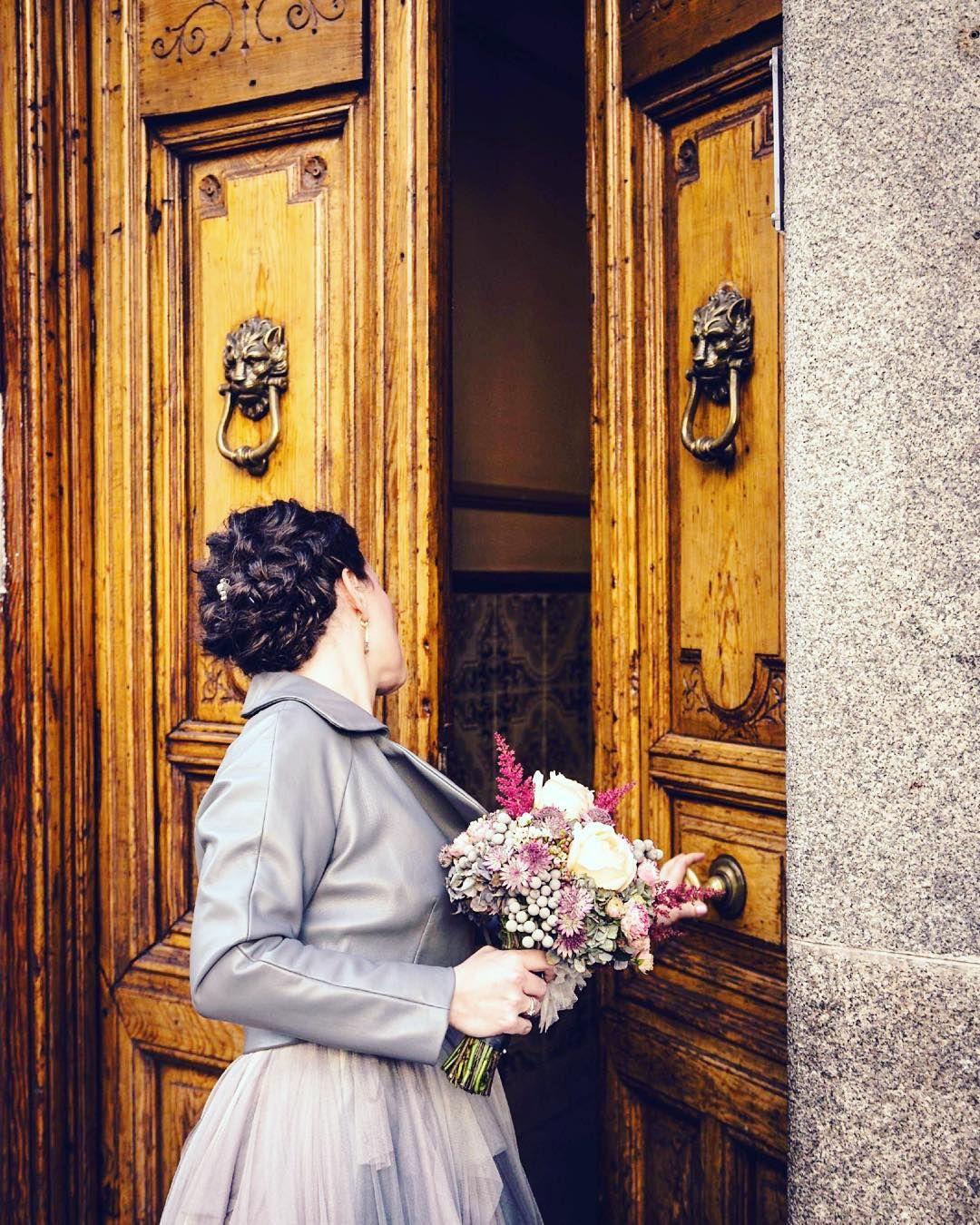 A veces vestimos a nuestras novias de cuero y gris perla. Felicidades Irene. Estabas maravillosa!#noviascristinapiña #bridal #perfecto #novia #boda #wedding #weddingdress by cristina_pina