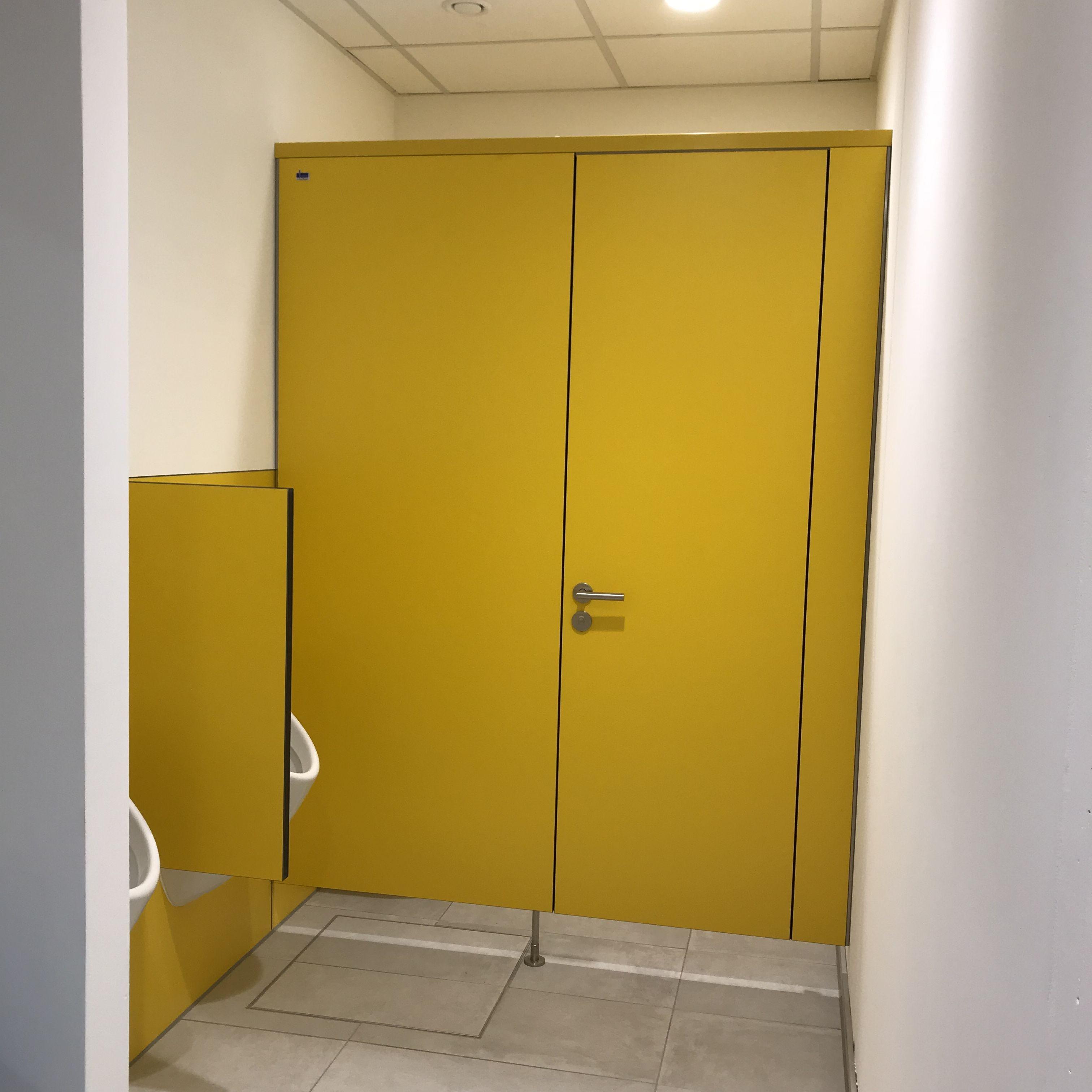 Trennwandanlage Primo F Und Wandhangende Schamwand Mit Bildern Verwaltungsgebaude Trennwand Wande