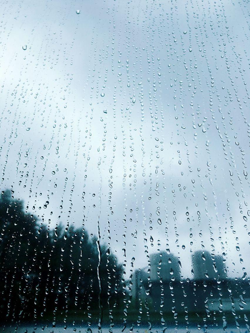 下雨天,公交车玻璃窗上的雨滴蜿蜿蜒蜒。