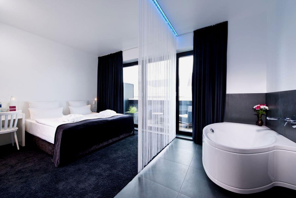 Hotel Berlin Badewanne Im Zimmer With Images Basic Shower Curtain Bathtub Corner Bathtub