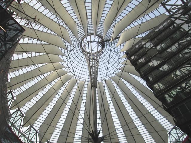 ARCHITECTUUR: Modern dak van het Filmmuseum aan de Potsdammer Platz