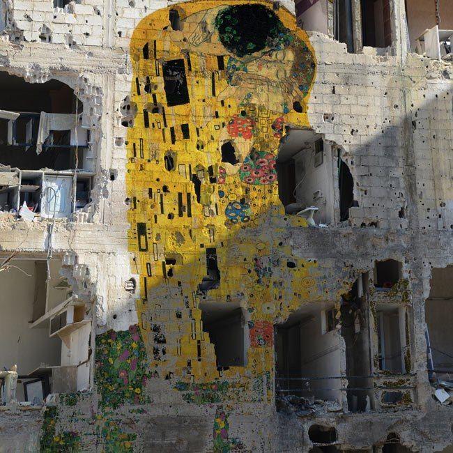 """""""El Beso"""" de Klimt en un muro en Siria."""