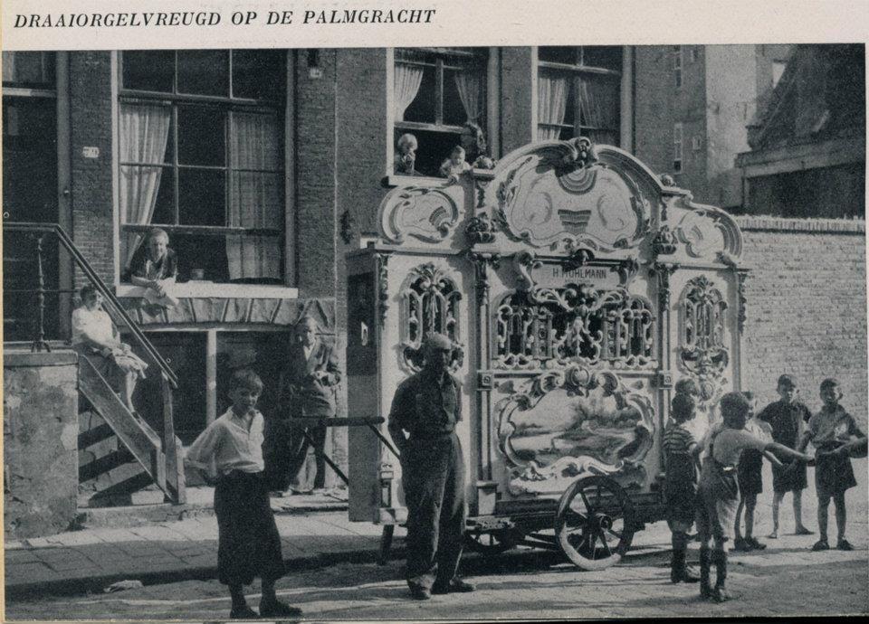 1925ca. Draaiorgelvreugd op de Palmgracht  Nog altijd zijn draaiorgels op straat te bewonderen. Vooral in Nederland heerst er nog een straatorgelcultuur, maar in zowat heel Europa worden orgelmanifestaties georganiseerd, bijeenkomsten met meerdere draaiorgels