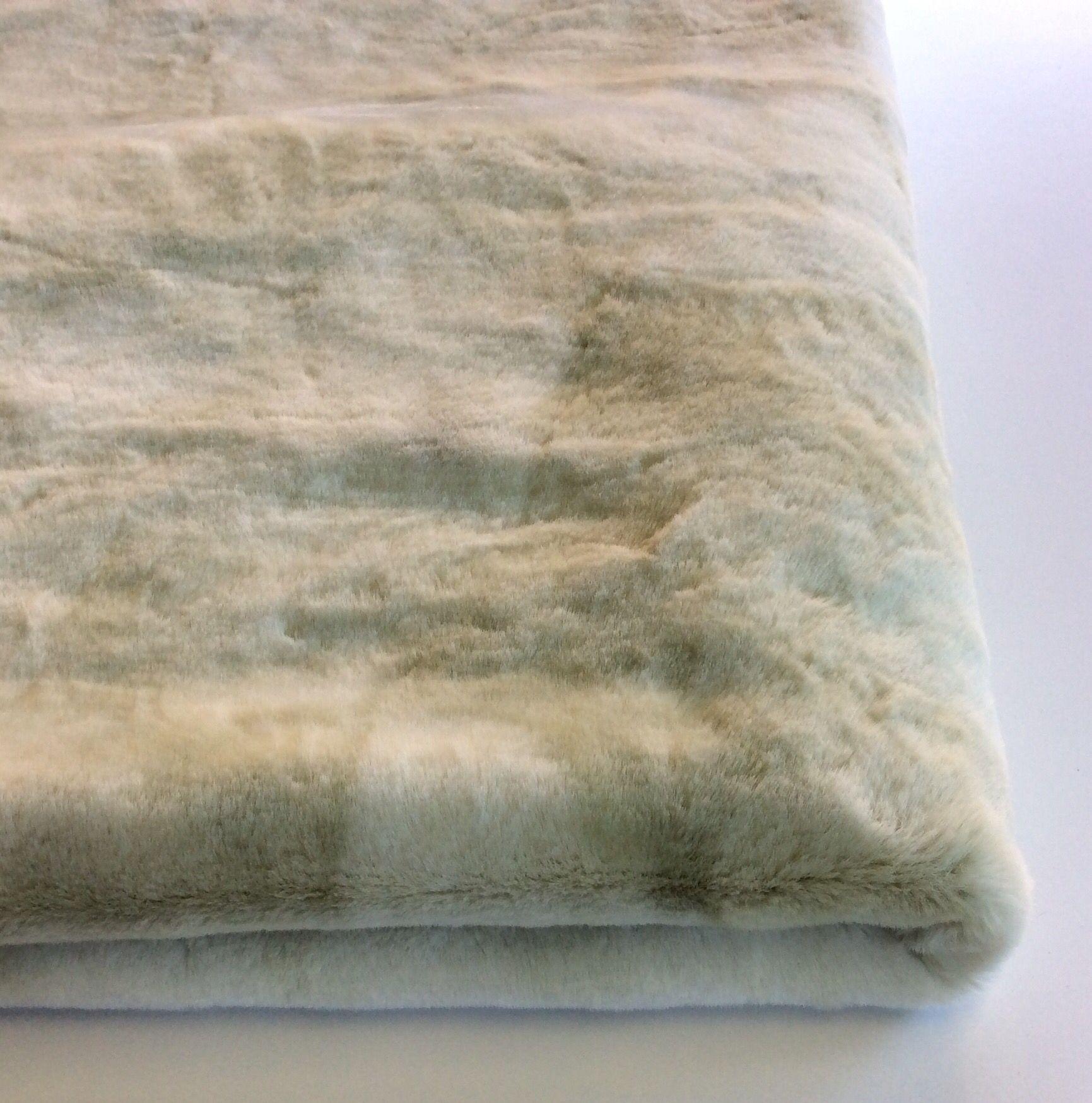 Coperta in pelliccia ecologica colore bianco ghiaccio.