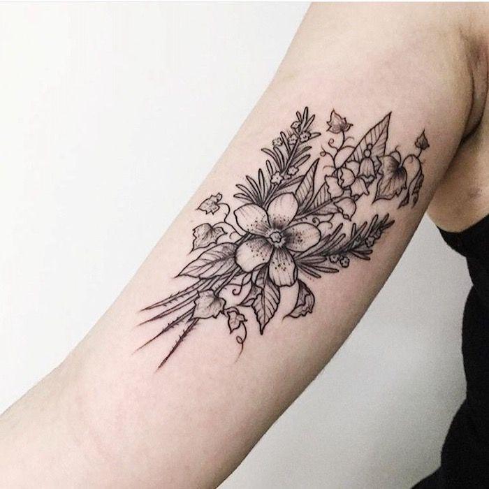 blumenranke-tattoo-am-oberarm-tätowierung-mit-blumen-in ...