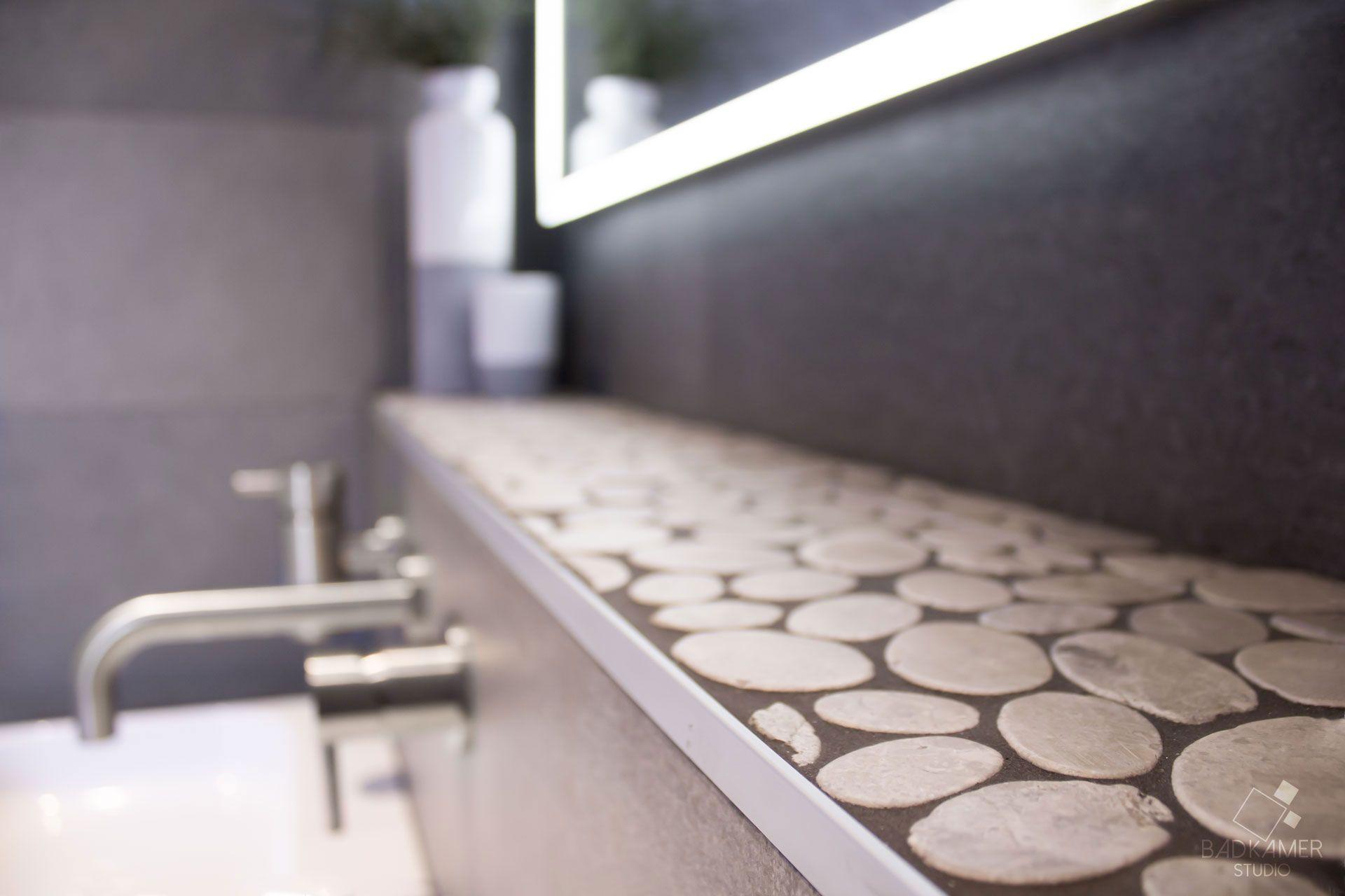 Moderne badkamer in vleuten met een kiezelvloer en kiezelaccenten! #badkamerstudio #badkamerstudioutrecht