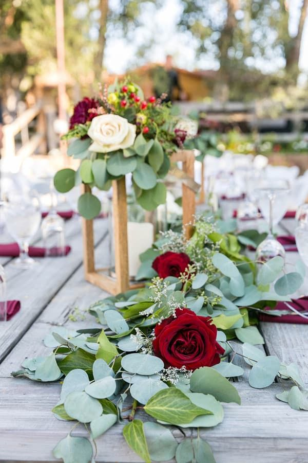 Dieser atemberaubende Laub-Tischläufer mit roten Rosen und Eukalyptus eignet sich perfekt für …   – Wedding Color Schemes