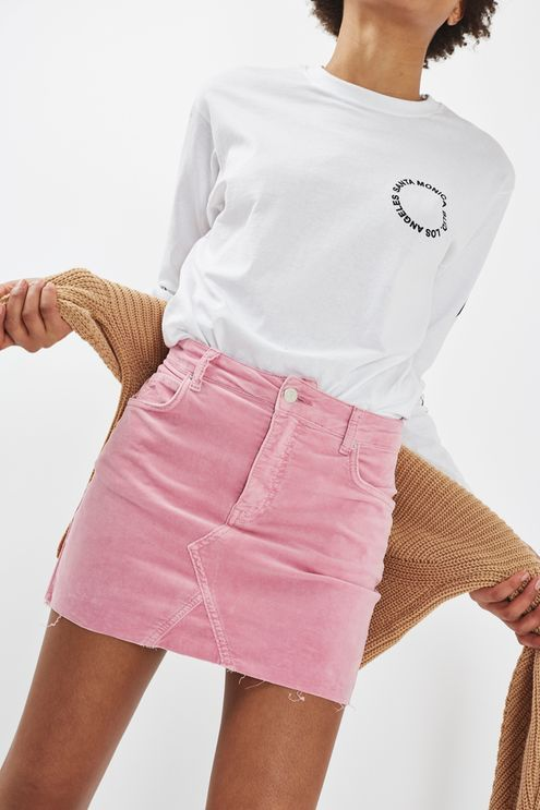 The staple MOTO high waist skirt finally arrives in velvet form, the trending texture of the season. In a cute pink finish, wear yours with a cool Breton shirt and casual trainers. #Topshop