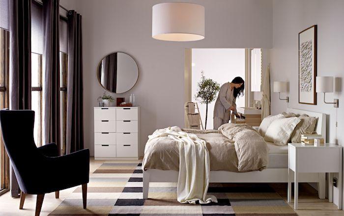 Wandgestaltung Schlafzimmer, Dunkler Sessel, Dunkellila Vorhänge, Beiges  Zimmerdesign, Wanddeko Bild, Frau