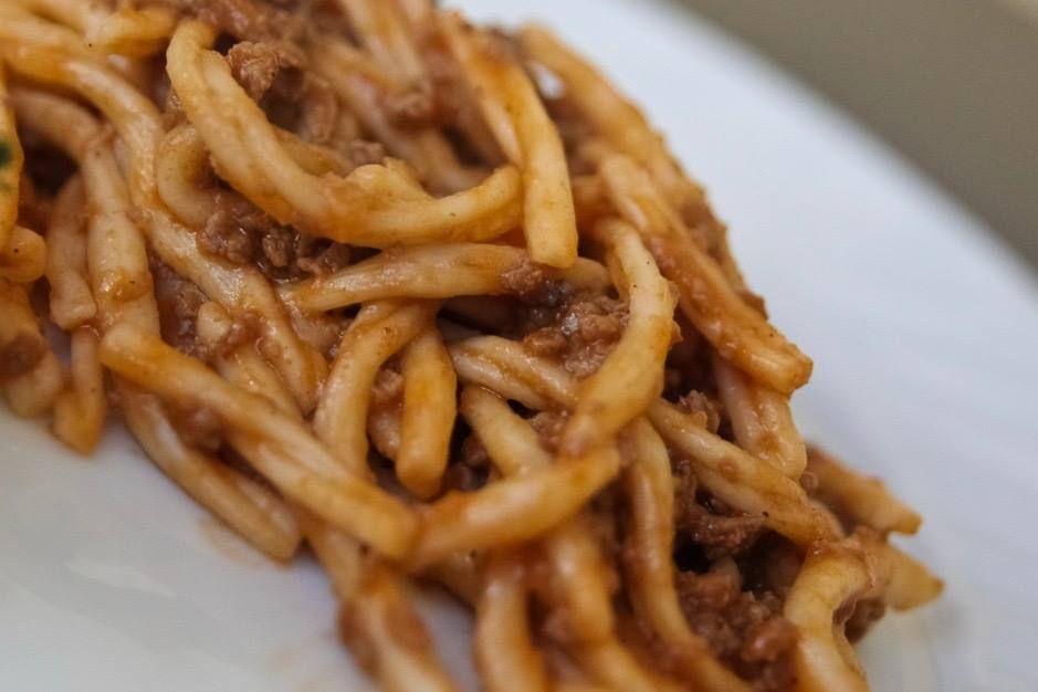STROZZAPRETI ROMAGNOLI il nome nasce dallo storico anticlericalismo nella Romagna oppressa dalla dominazione dello Stato Pontificio. Sembra nato dall'augurio a soffocarsi che le 'azdore' facevano ai preti quando cucinavano questa pasta x loro #ItalianFood #cucinaitaliana #piattiitaliani #piattitipici #piattitipiciregionali #Gourmet #Foodie #FoodBlogger #CarnevaliLuigi  https://www.facebook.com/terreLAMBRUSCO/?fref=ts https://www.instagram.com/carnevaliluigi…
