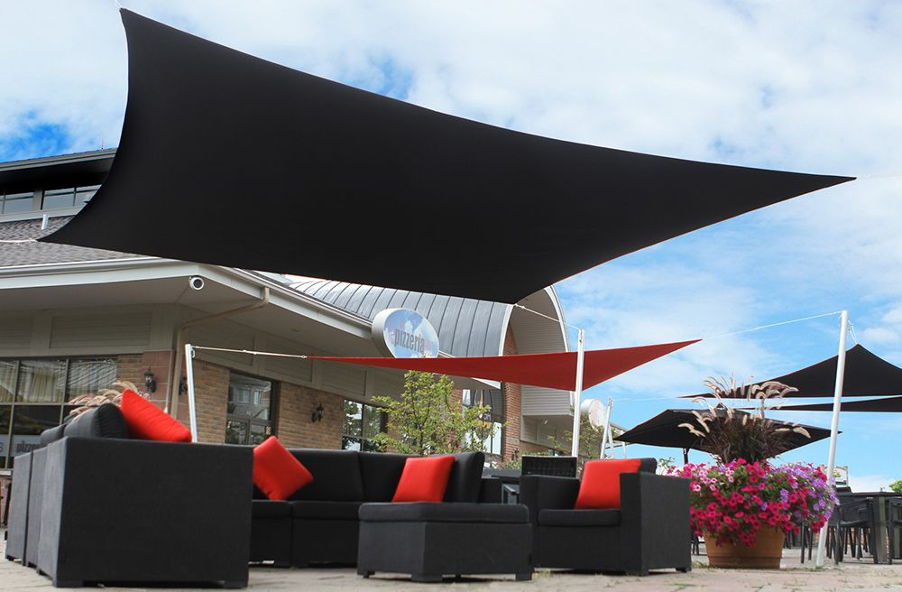 Les voiles Lounge Sail de LOUNGE FACTORY vous permettront de créer votre espace d'ombrage et de savourer la belle période estivale.