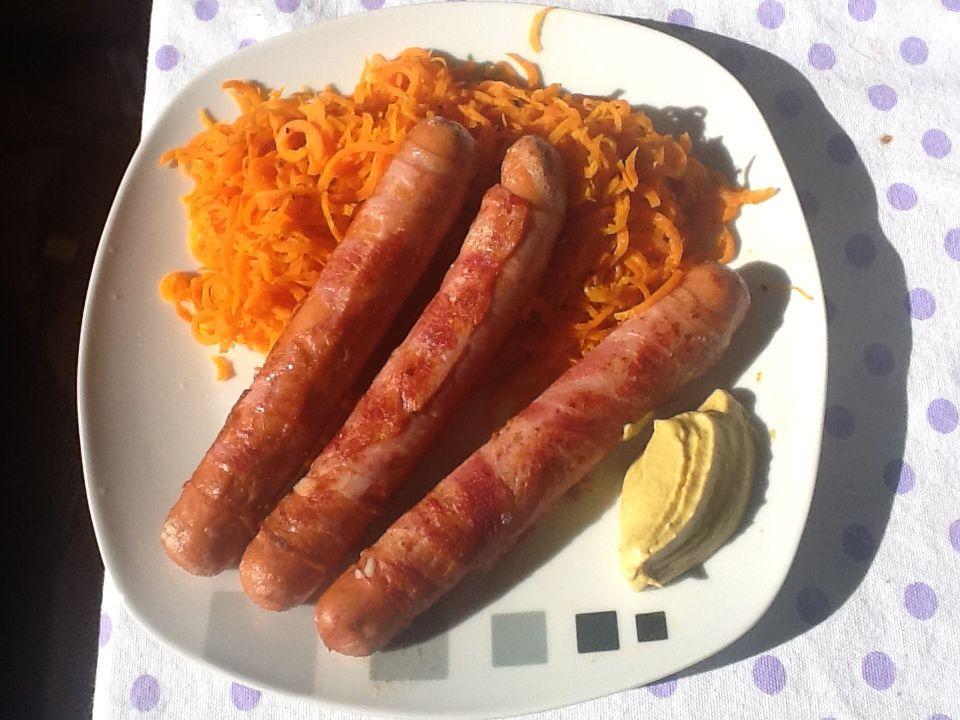 Berner Würstl mit Karottensalat