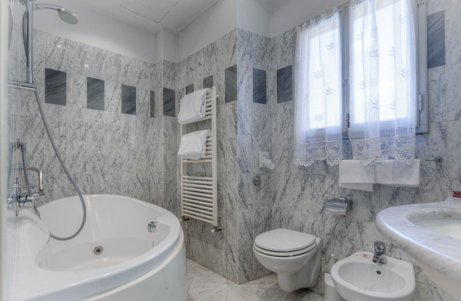 Jacuzzi bathroom (With images) | Jacuzzi bathroom ...